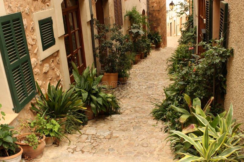 Vieille rue à Fornalutx image libre de droits