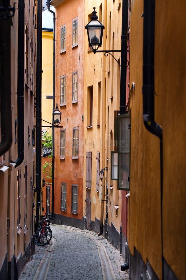 Download Vieille rue à Stockholm image stock. Image du constructions - 77162525
