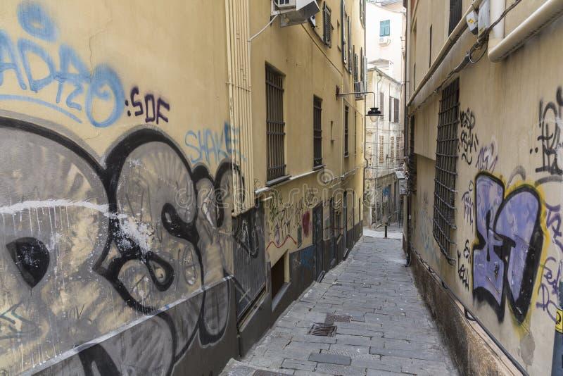 Vieille rue étroite à Gênes images stock