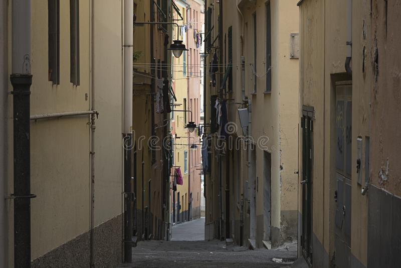Vieille rue étroite à Gênes photo stock