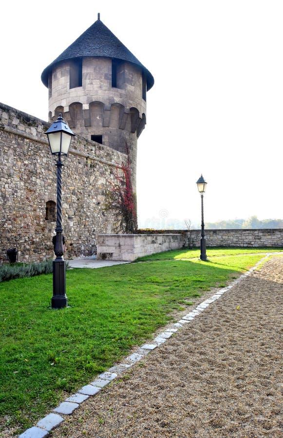 Vieille rue avec le mur et la tour de forteresse de lanternes photo libre de droits