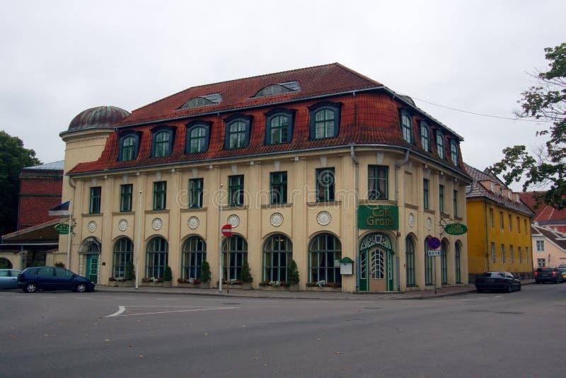 Vieille rue confortable des maisons de deux étages, cafétéria photo libre de droits