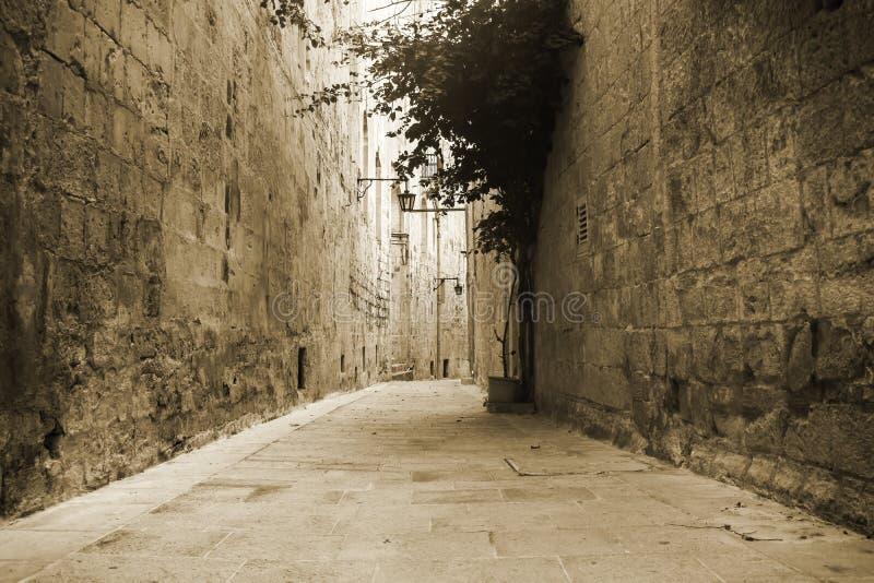 Vieille rue dans Mdina photos stock