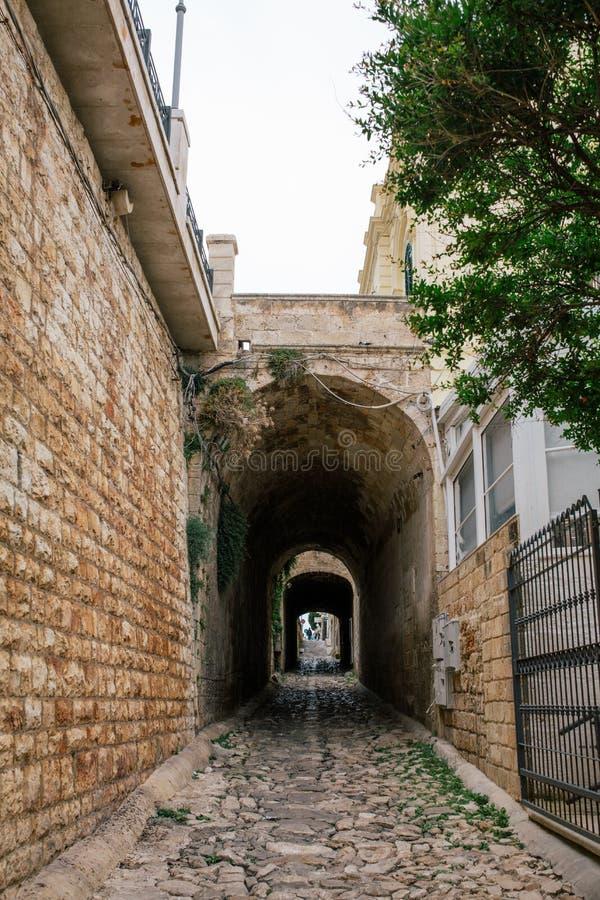 Vieille rue de ville d'apulia de jument de Polignano de ville du tunnel i en pierre en Italie photo stock