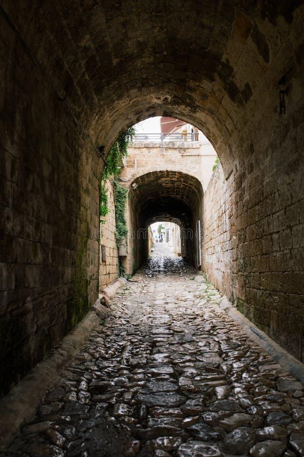 Vieille rue de ville d'apulia de jument de Polignano de ville du tunnel i en pierre en Italie images stock
