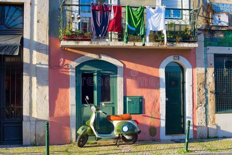 Vieille rue de ville de Sharming Lisbonne image stock