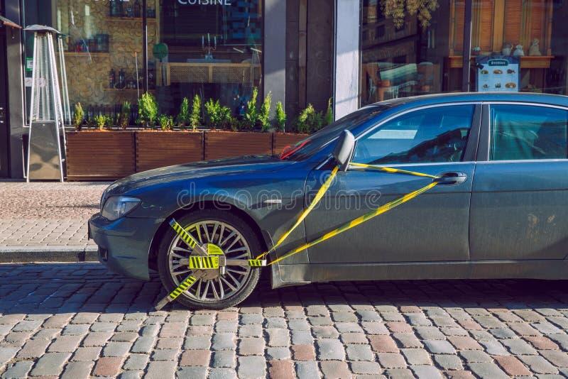 Vieille rue de ville et whell verrouillé de voiture, BMW Jour d'hiver ensoleillé Photo urbaine 2019 de voyage image libre de droits