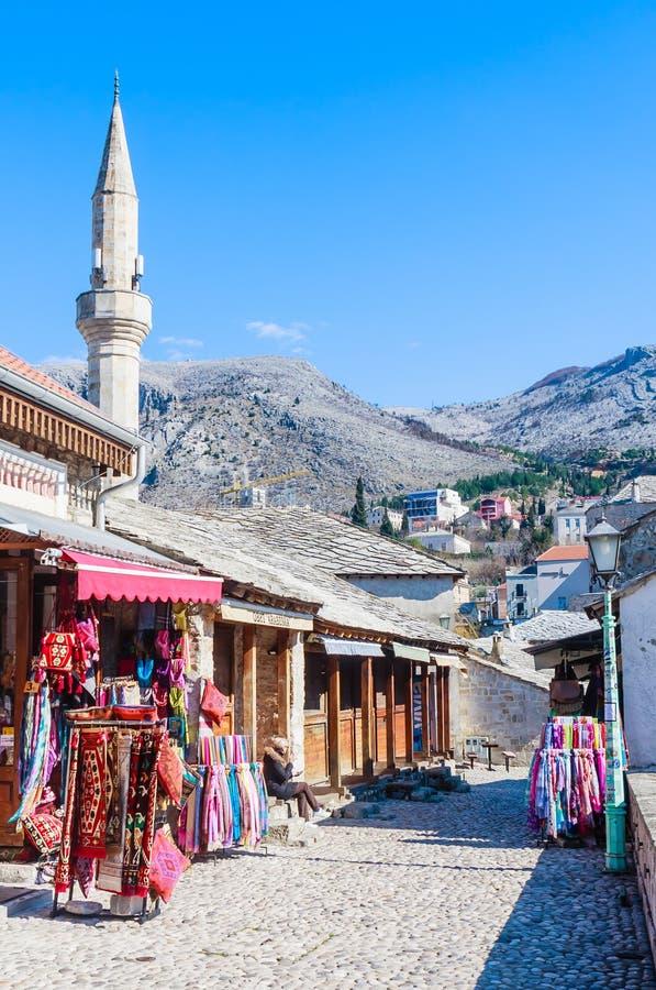 Vieille rue de ville de Mostar avec des magasins et l'architecture historique images libres de droits