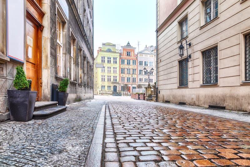 Vieille rue européenne vide à Danzig, Pologne images stock