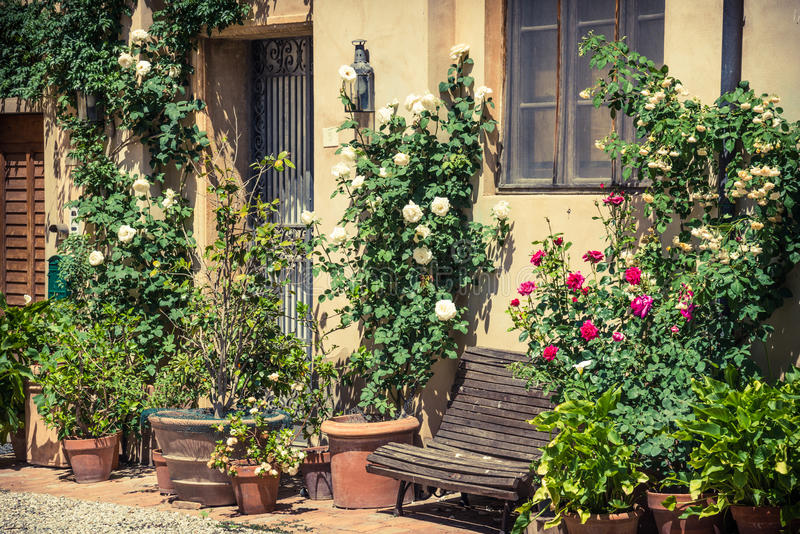 Vieille rue italienne typique de village, Toscane, Italie images stock