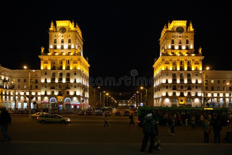 Vieille rue lumineuse la nuit à Grodno, Belarus image libre de droits