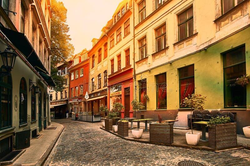 Vieille rue médiévale d'étroit de matin à Riga, Lettonie Rétro dénommé photos libres de droits