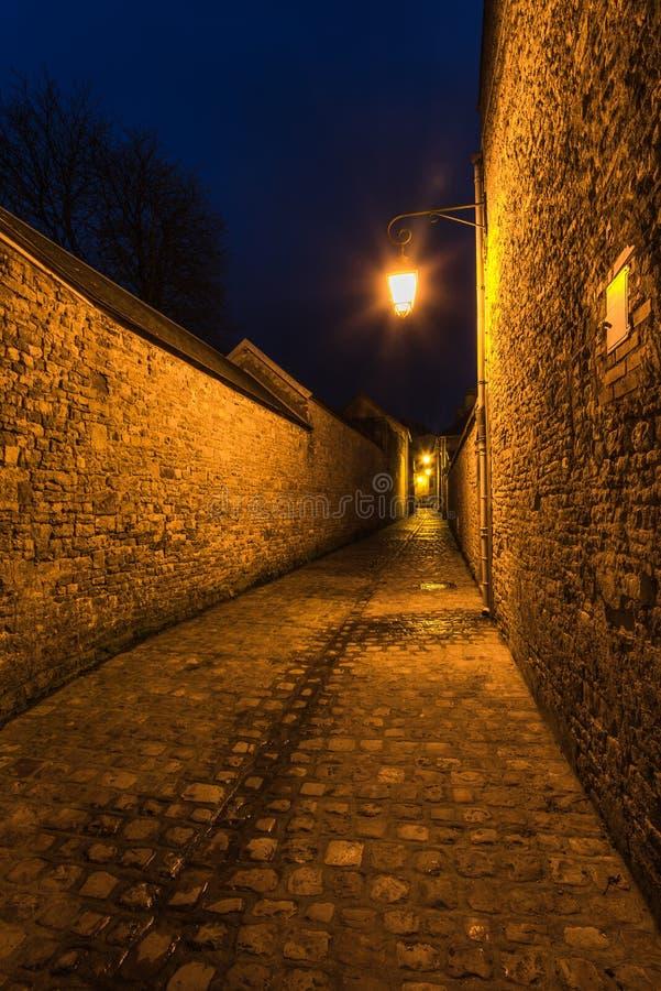 Vieille rue pavée en cailloutis mediewal française dans Carentan, France image stock