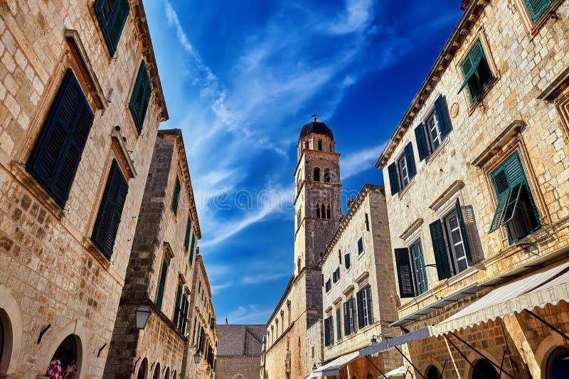 Vieille rue piétonnière populaire en Dubrovnik et ciel bleu, Croatie photos libres de droits