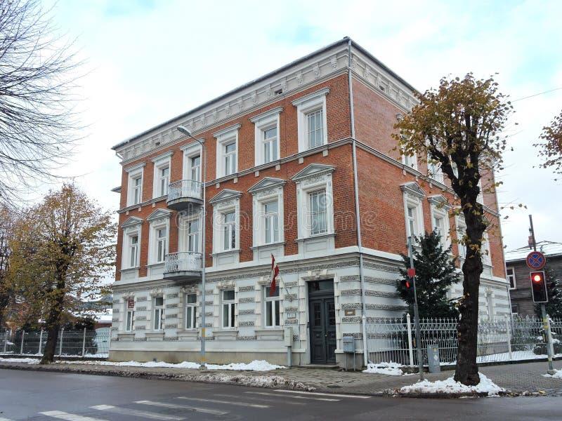 Vieille rue proche à la maison rouge, Lettonie images stock