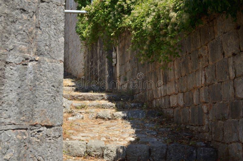 Vieille ruelle côtière rustique de chemin de village faite en pierre photos stock