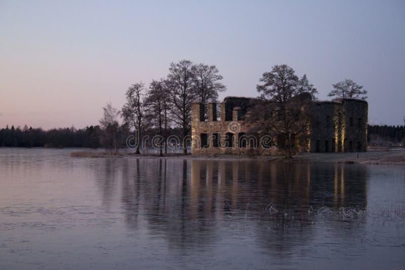 Vieille ruine de château dans le coucher du soleil d'hiver, Suède image stock