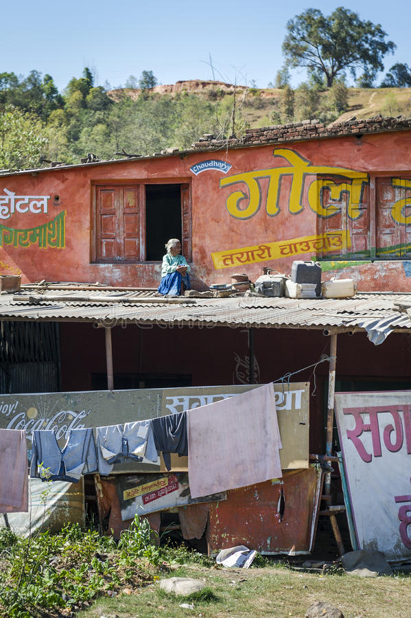 Vieille séance népalaise sur le toit photo libre de droits