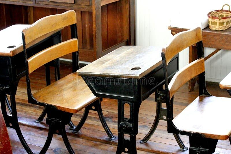 Vieille salle de classe avec des bureaux de cru image libre de droits