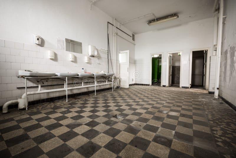 vieille salle de toilette abandonn e de b timent d 39 usine toilette images stock image 38446094. Black Bedroom Furniture Sets. Home Design Ideas