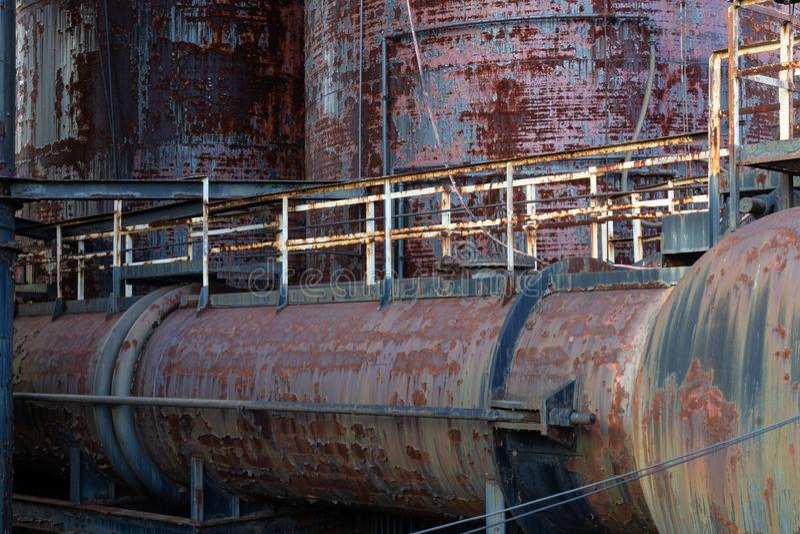 Vieille scène complexe industrielle avec la peinture de épluchage rouillée, métal de décomposition photos stock