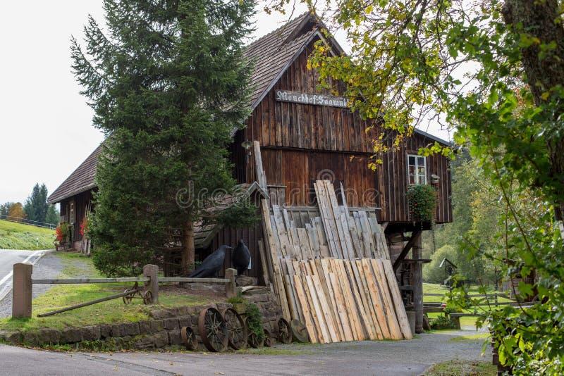 Vieille scierie historique dans la forêt photo stock