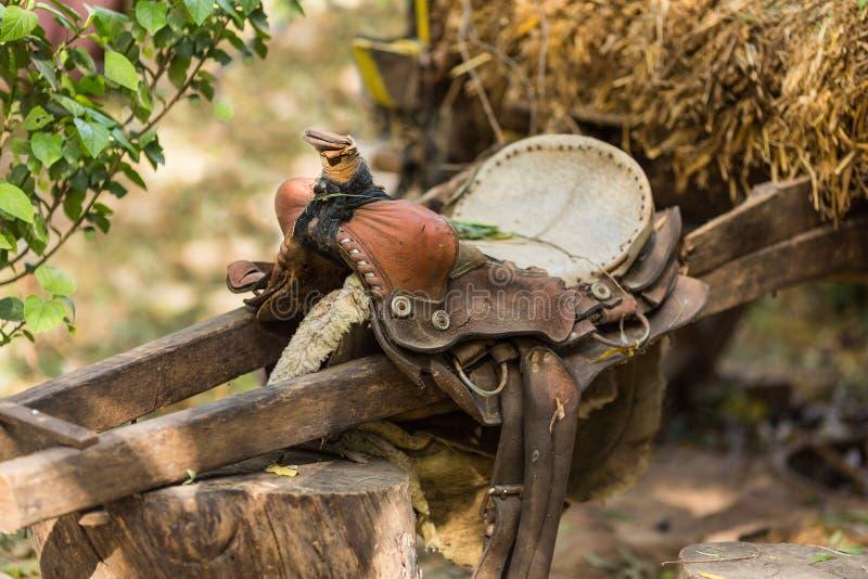 Vieille selle en cuir avec la tresse photographie stock