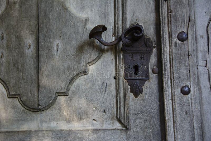 Vieille serrure d'une porte en bois images libres de droits