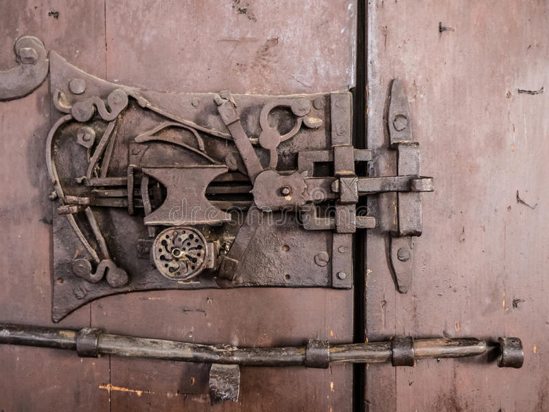 Vieille serrure de porte de Saxon dans Sanpetru, la Transylvanie images stock