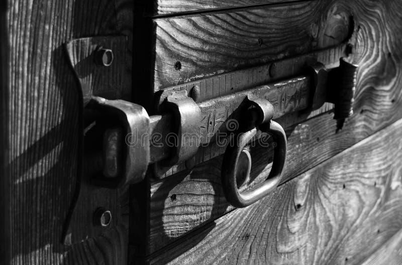 Vieille serrure en métal en noir et blanc image libre de droits