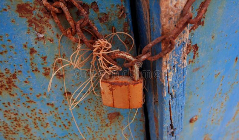 Vieille serrure sur la porte photographie stock