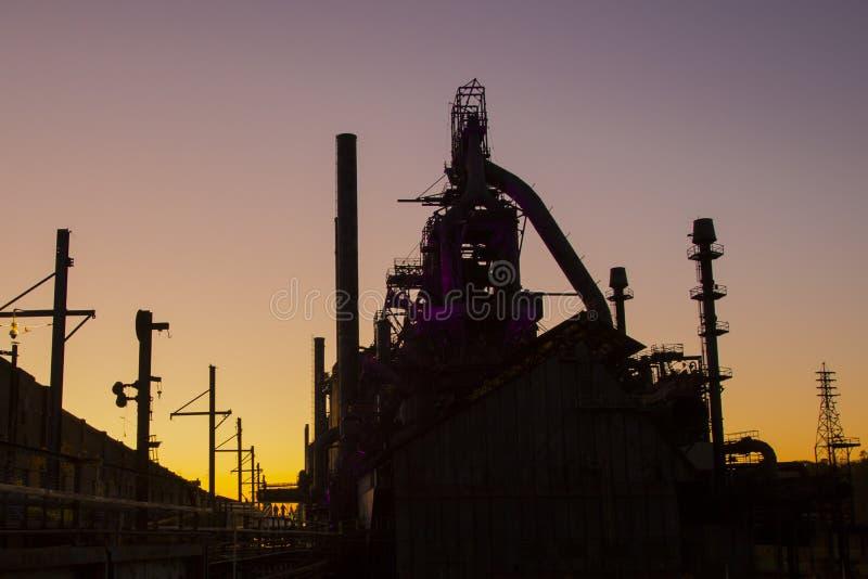 Vieille silhouette d'aciérie au coucher du soleil photographie stock libre de droits