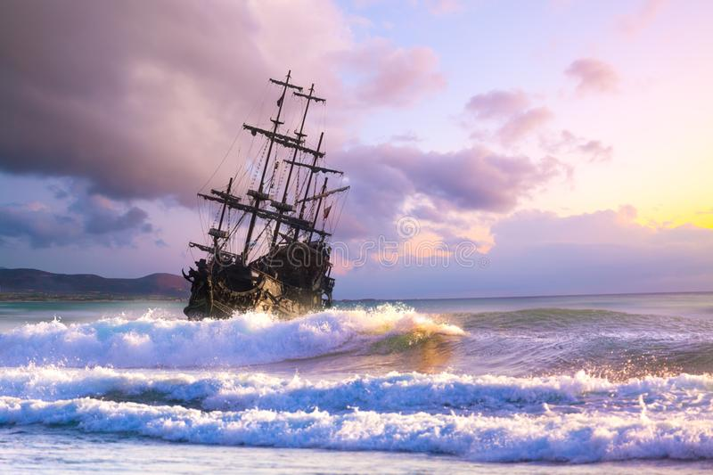 Vieille silhouette de bateau dans le paysage de coucher du soleil photos libres de droits