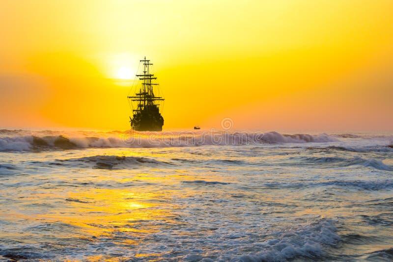 Vieille silhouette de bateau dans le paysage de coucher du soleil images libres de droits