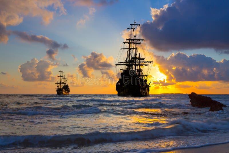 Vieille silhouette de bateau dans le paysage de coucher du soleil photo libre de droits