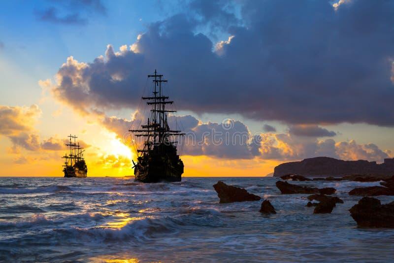 Vieille silhouette de bateau dans le paysage de coucher du soleil photographie stock