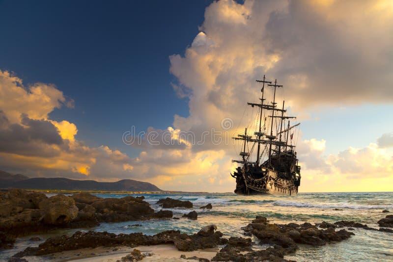 Vieille silhouette de bateau dans le paysage de coucher du soleil image libre de droits