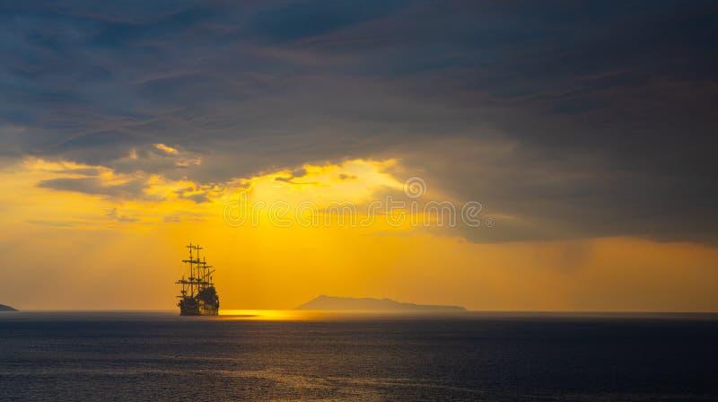 Vieille silhouette de bateau dans le paysage de coucher du soleil images stock