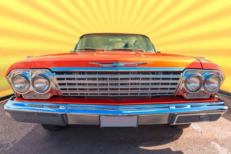 Vieille soixante voitures orange et passée au bichromate de potasse de marque photographie stock libre de droits
