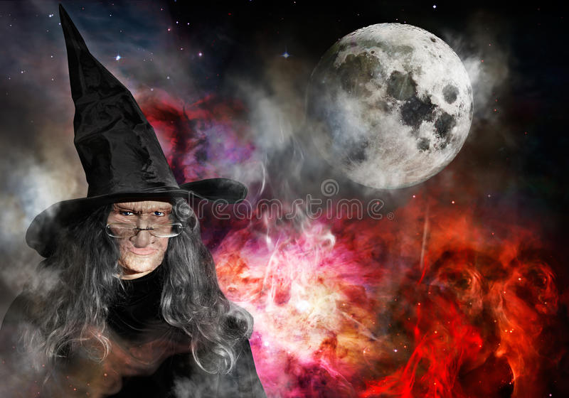 Vieille sorcière avec la pleine lune de chapeau noir image stock