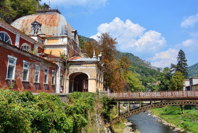 Vieille station thermale historique dans Baile Herculane image libre de droits
