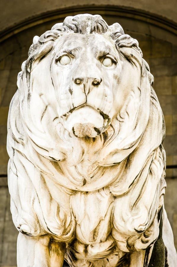 Vieille statue de lion image stock