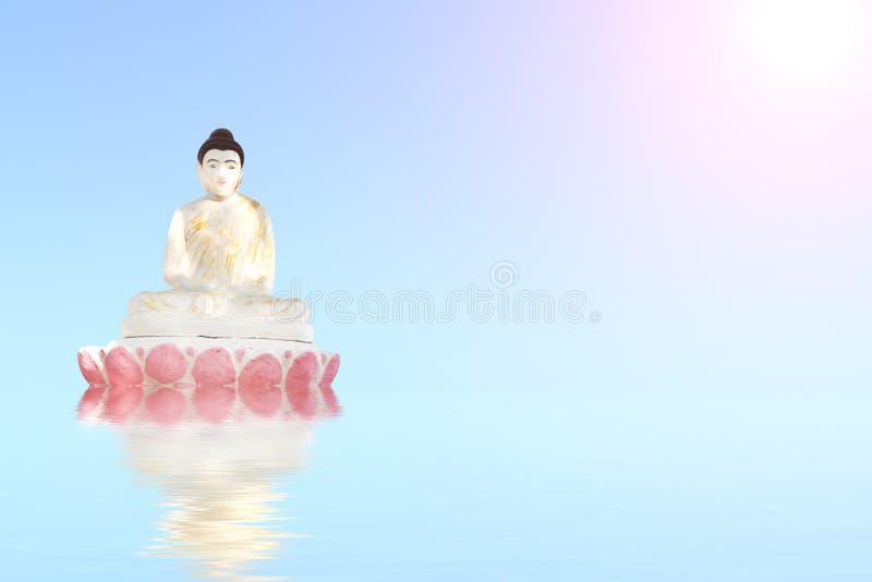 Vieille statue en pierre de Bouddha méditant sur l'eau bleue photos libres de droits