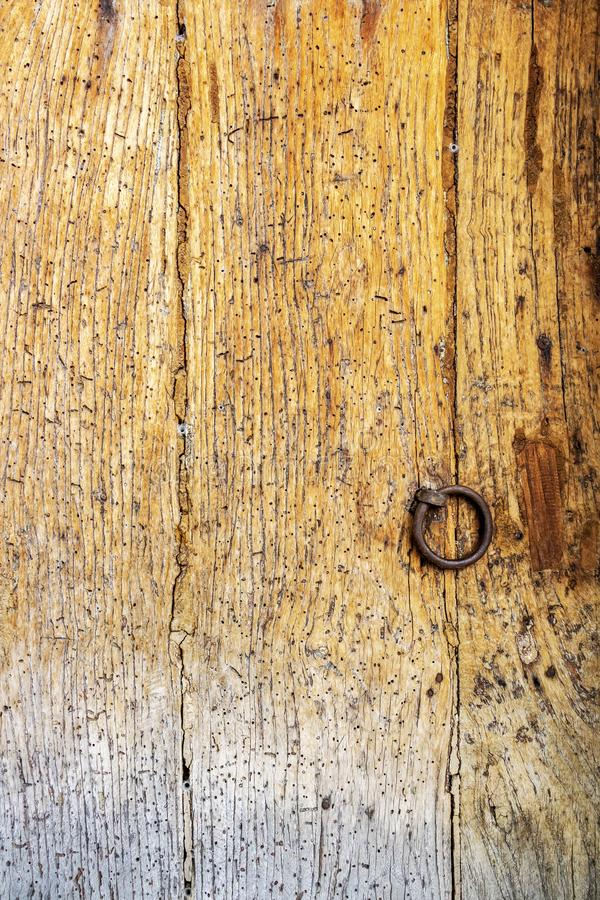 Vieille surface en bois endommagée de porte photos libres de droits