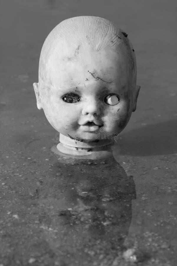Vieille tête de poupée photographie stock libre de droits