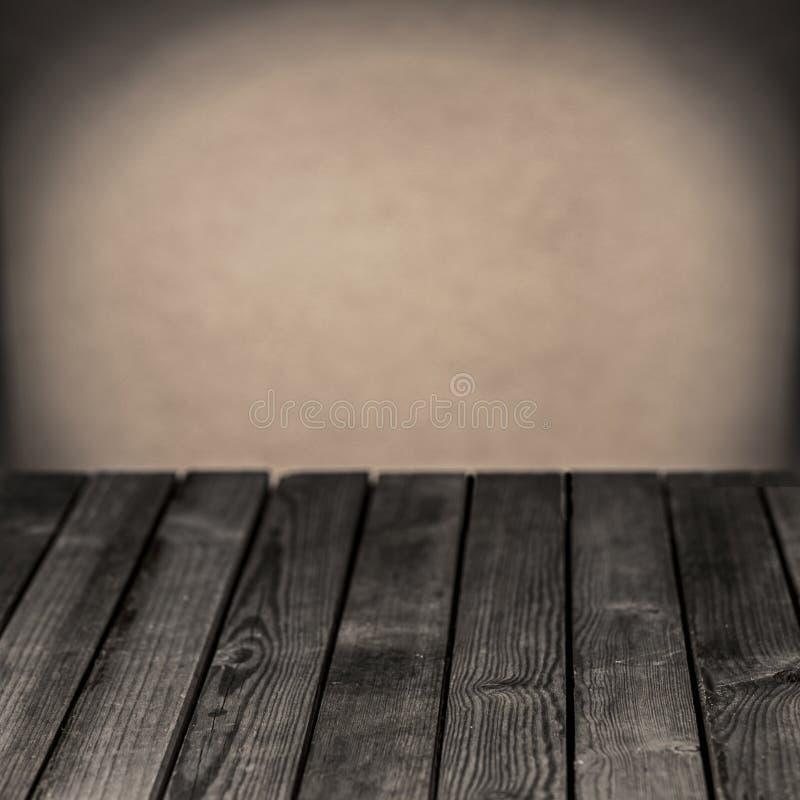 Vieille table rustique en bois dans une salle grunge images libres de droits