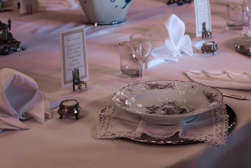 Vieille table setted avec la vaisselle de petite noblesse image stock