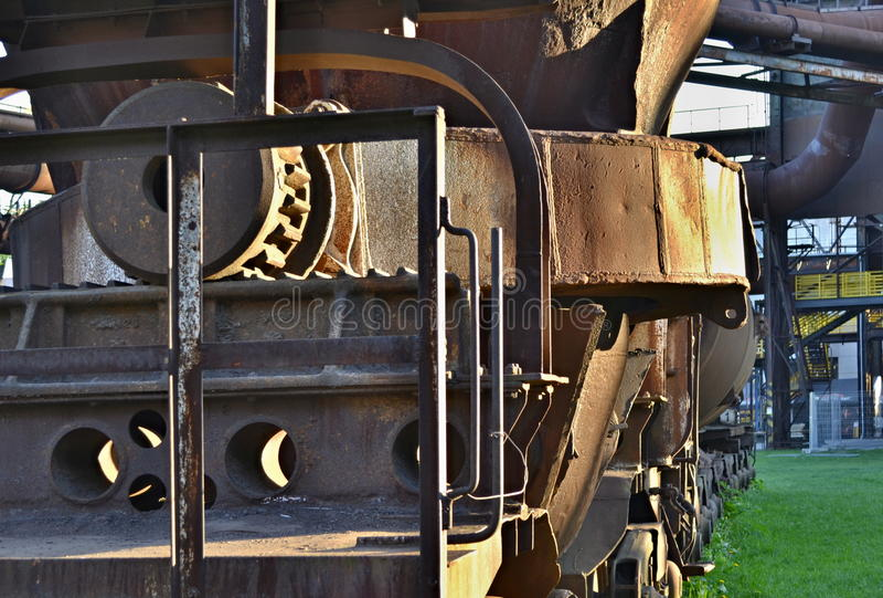 Vieille tasse rouillée pour l'acier de bâti sur un véhicule de rail - détail photo libre de droits