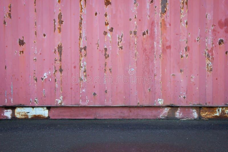 Vieille texture de toit de feuillard ou vieux mur de récipient de cargaison avec le plancher ou la route goudronnée concret photographie stock