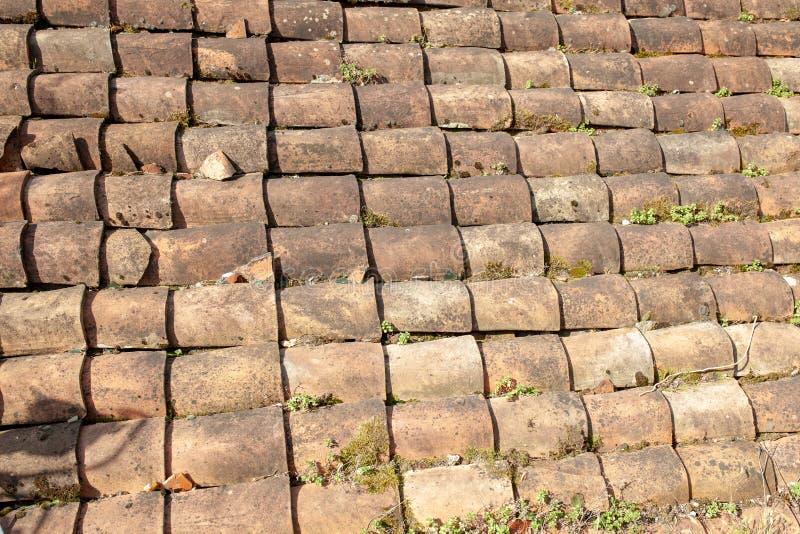 Vieille texture de toit de tuile Extérieur superficiel par les agents du toit antique de la petite maison italienne photographie stock libre de droits